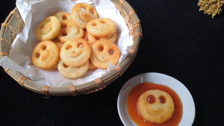 笑脸土豆饼,根据自己的口味沾上甜辣酱或番茄酱都可。