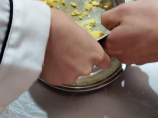 玛格丽特饼干家常做法,熟蛋黄用筛子,碾碎