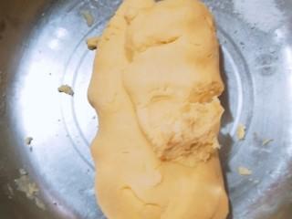 玛格丽特饼干家常做法,将淀粉和面粉与黄油,揉成面团,揉好的面团的状态应该是略微偏干,不过分湿润,也不会因为干燥而散开。将面团用保鲜膜包好,放进冰箱冷藏1个小时