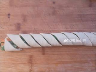 京酱肉丝,然后斜刀切成等宽的小段