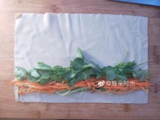 京酱肉丝,取一张豆腐皮,把黄瓜丝,胡萝卜丝,香菜各取一些摆上去