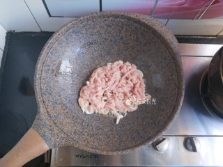 京酱肉丝,炒锅倒油,把肉丝倒进去滑炒