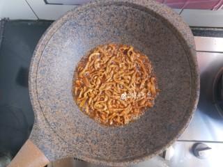 京酱肉丝,最后加一点水淀粉烧开煮一分钟收干汤汁,撒少许鸡精即可出锅。
