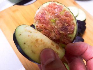 清蒸茄盒,在两片茄子之间均匀的放入一层猪肉末