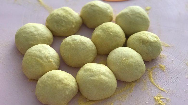 玉米面软欧,发好的面团轻拍排气后分成90克一个的面团,大概5个揉成圆形,盖上保鲜膜松弛20分钟。