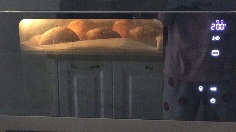 玉米面软欧,烤箱预热十分钟,放中层或中下层,上火200,下火170,14~16分钟。