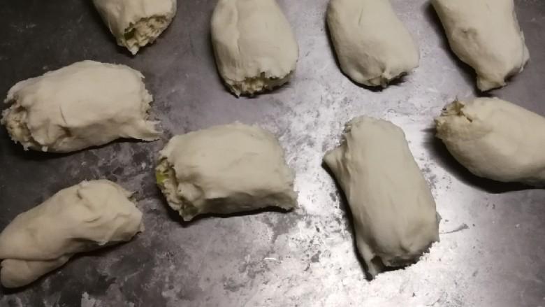 葱香油酥饼,分成小剂子  大小随自家需要调整