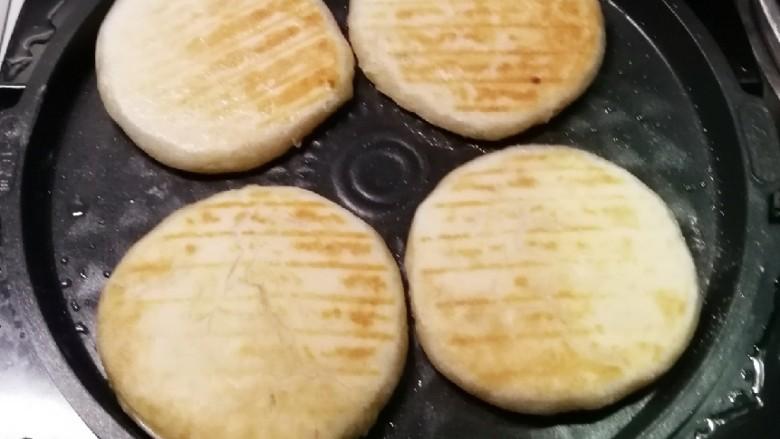 葱香油酥饼,煎烤机刷一层薄油  放入饼胚 上下火 烙至两面金黄即可出锅