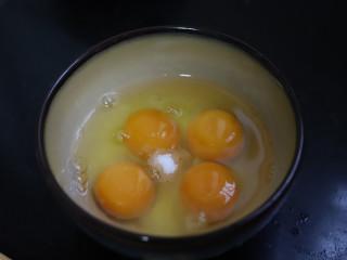 香葱厚蛋烧,鸡蛋中加入盐和糖,用筷子搅匀,尽量把蛋液搅得看不到蛋白。
