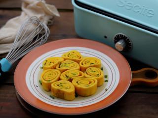 香葱厚蛋烧,吃的时候切段摆盘即可,撒上一层小葱装饰,很漂亮。