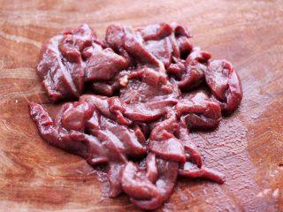 生滚槐花猪肝粥,猪肝用刀切成薄片。