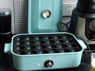 章鱼小丸子,章鱼小丸子锅插上电,提前预热下。
