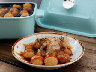 章鱼小丸子,完全烤熟以后就可以拔掉电,取出来享用了。