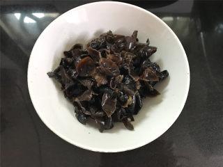 莴笋炒黑木耳荸荠,黑木耳提前泡发后清洗干净,撕成小朵。