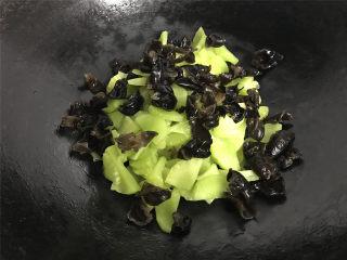 莴笋炒黑木耳荸荠,再把黑木耳放入锅中。