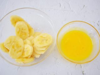 香蕉牛奶烤燕麦,将另外一根香蕉切片,鸡蛋打散备用,杏仁切成小块备用