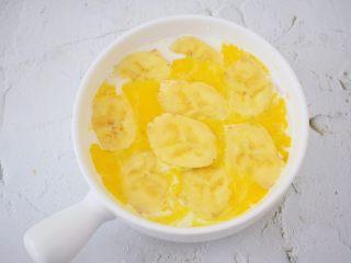 香蕉牛奶烤燕麦,再铺上香蕉片