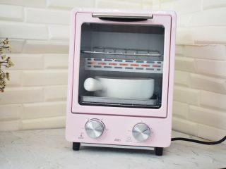 香蕉牛奶烤燕麦,放入预热好的烤箱,上下火200度,烤15分钟