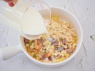 香蕉牛奶烤燕麦,加入纯牛奶搅拌均匀备用