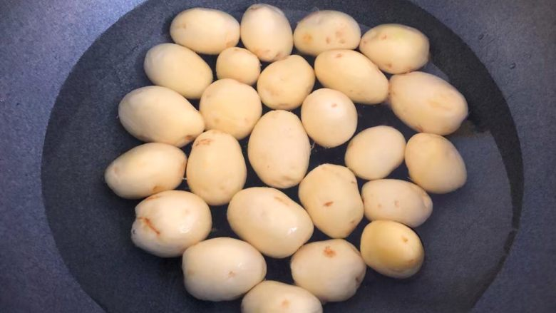 孜然小土豆,把小土豆放入锅里,倒入适量水,开大火把小土豆煮熟,大概煮20分钟左右。