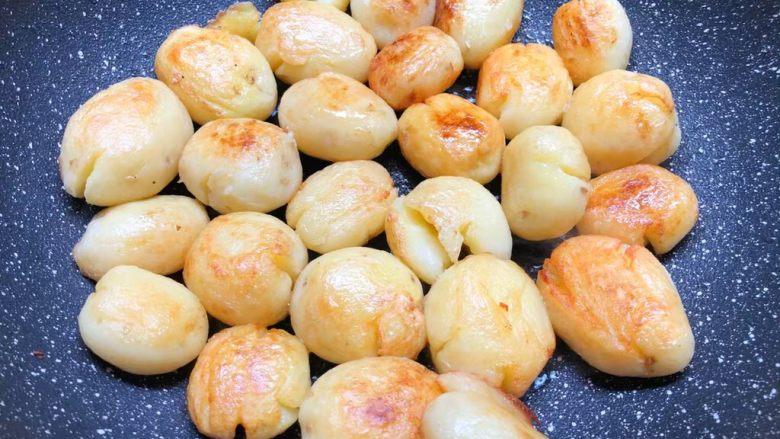 孜然小土豆,煎好一面翻另一面继续煎制,把两面煎制金黄为止。