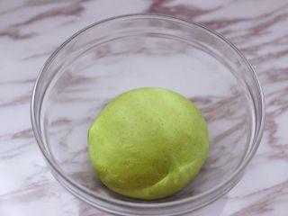 槐花韭菜翠玉饺子,和好的面团静置10分钟。