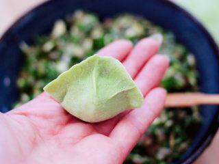 槐花韭菜翠玉饺子,包成自己喜欢的模样即可。