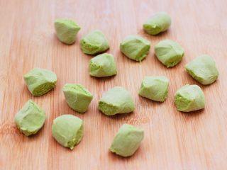 槐花韭菜翠玉饺子,静置好的面团排气揉匀后,搓成长条用手揪成大小一致的剂子,不会揪可以直接用刀切。