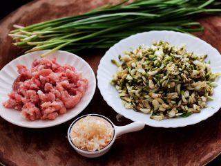槐花韭菜翠玉饺子,备齐所有的食材,槐花提前浸泡后,冲洗干净备用。