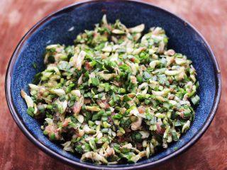 槐花韭菜翠玉饺子,把所有的食材搅拌均匀即可。