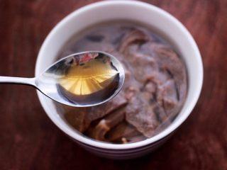 土匪猪肝,再把切片的猪肝反复冲洗干净后,放入一个容器里,倒入适量的清水,再倒入6克料酒,浸泡至猪肝无血水。