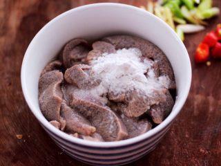 土匪猪肝,把冲洗干净的猪肝,沥干水分放入碗里,加入淀粉和4克料酒抓匀。
