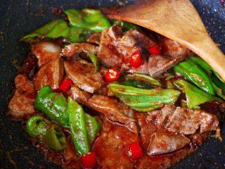 土匪猪肝,加入青尖椒和小米椒。