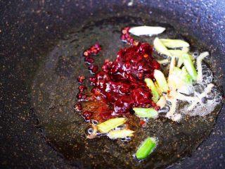 土匪猪肝,这个时候加入郫县豆瓣酱。