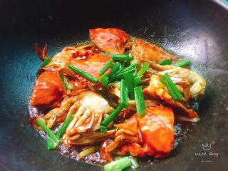 姜葱炒螃蟹,出锅里撒入葱段即可