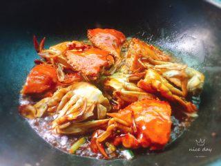姜葱炒螃蟹,小火煮至收汁