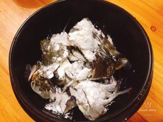 姜葱炒螃蟹,螃蟹放入碗里沾上淀粉