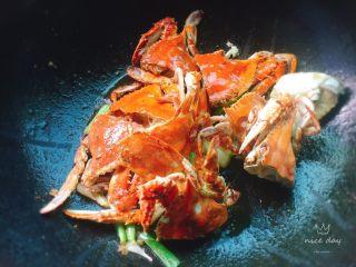 姜葱炒螃蟹,然后下炸好的螃蟹炒一会儿