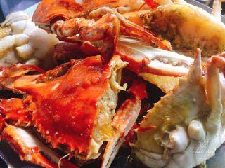 姜葱炒螃蟹,把炸好螃蟹捞出沥油