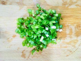 煮蚕豆,葱洗净切成葱花