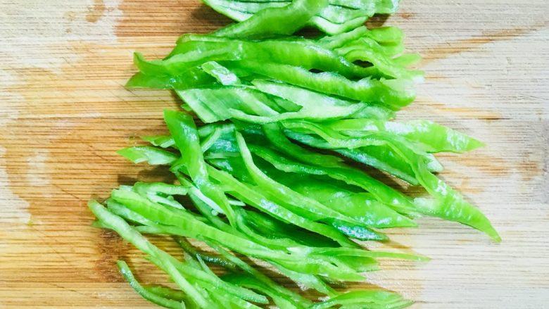 煮蚕豆,青椒洗净切成丝