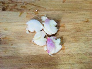 煮蚕豆,蒜洗净先用刀拍一下
