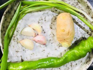 煮蚕豆,准备葱姜蒜和青椒