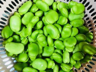 煮蚕豆,剥出来的蚕豆