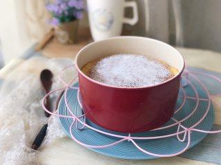 日式舒芙蕾芝士蛋糕,出炉后表面可以撒些防潮糖粉这样方便倒扣不粘。