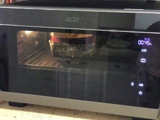日式舒芙蕾芝士蛋糕,烤箱提前预热10分钟,165度上下火中下层水浴法烤20分钟然后转155度烤25分钟,烤好后再焖20分钟。