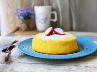 日式舒芙蕾芝士蛋糕,表面可以放些水果撒防潮糖粉做装饰。