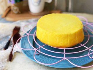 日式舒芙蕾芝士蛋糕,稍凉后因铺了油纸直接倒扣就可以脱模。