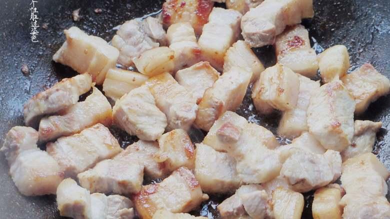 五花肉豆角焖面,五花肉煽炒熟至出油,焦黄焦黄就可以了