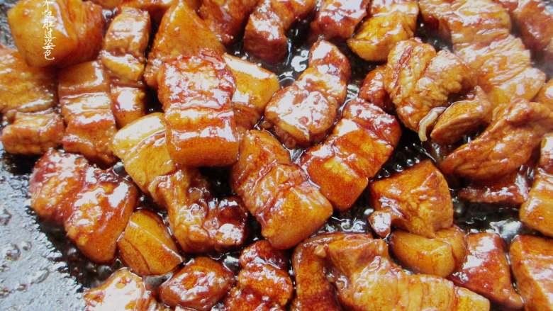 五花肉豆角焖面,加入10克生抽、5克老抽、10克蚝油、10克白糖炒至上色